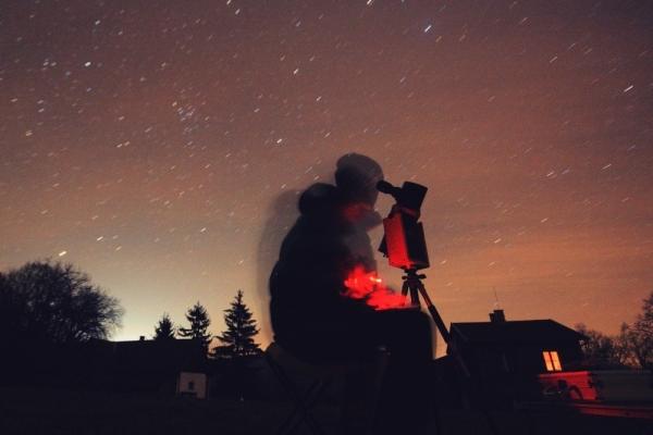 Kiss Péter Ágasváron rajzol az ég alatt.