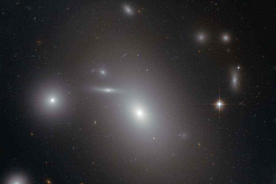 NGC 4889 a Hubble Űrtávcső (HST) felvételén.
