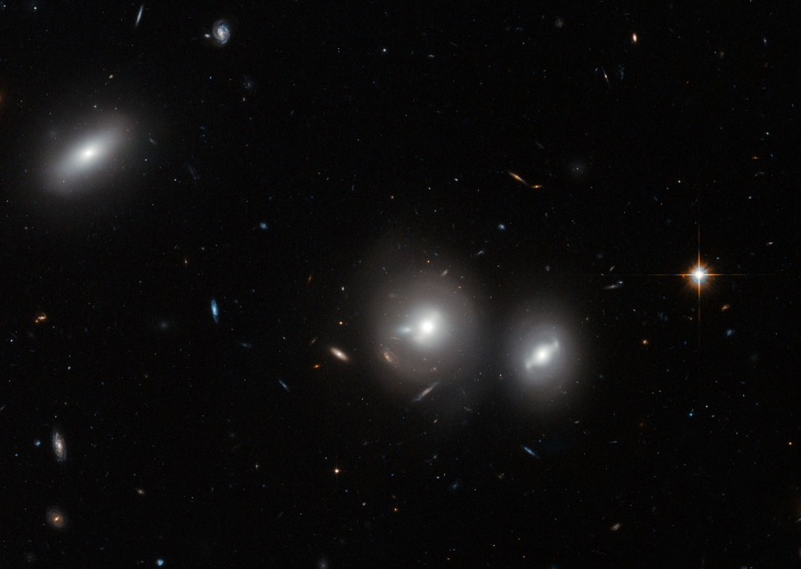 Az IC 4041 (balra) és az IC 4042 és IC 4042 A galaxisok (jobbra) a Hubble Űrtávcső (HST) felvételén.