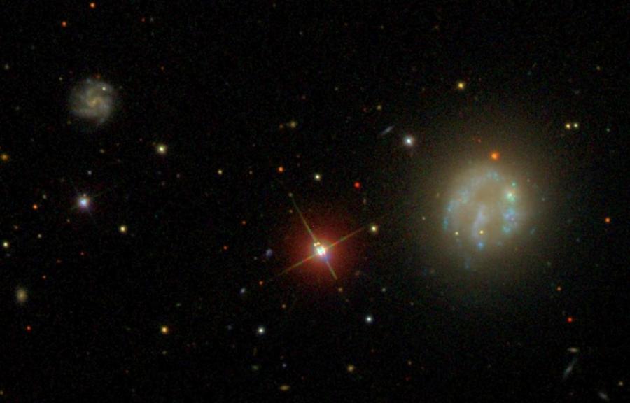 NGC 2537 az SDSS (Sloan Digital Sky Survey) fényképén.