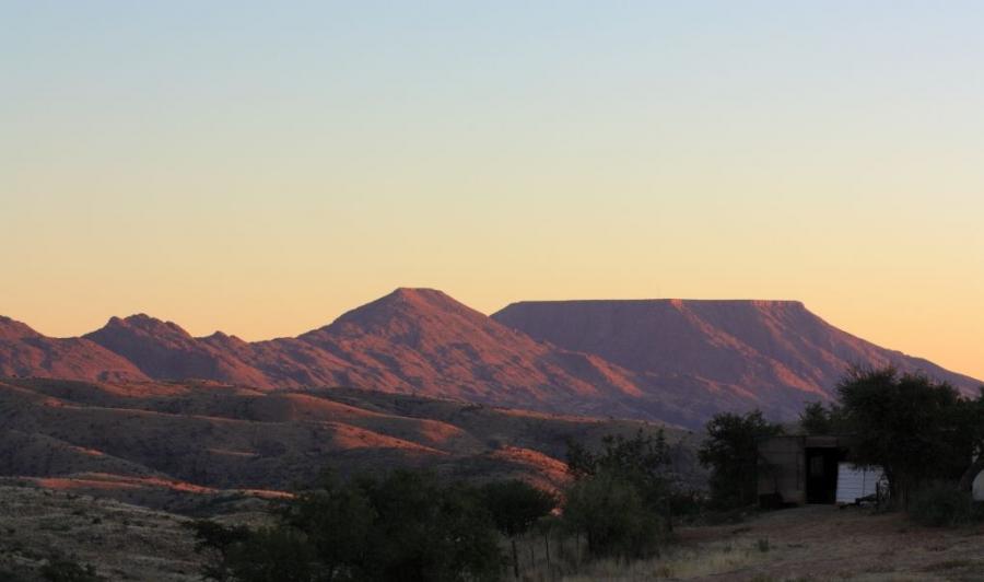 Gamsberg a namíbiai Hakos farmról nézve a naplemente fényeiben.